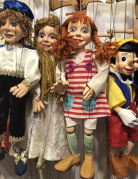 Pippi sammen med tre andre dukker